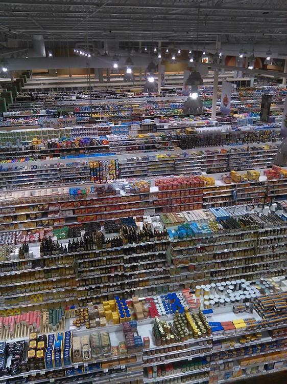 fotografía de los estantes de un centro comercial en orden