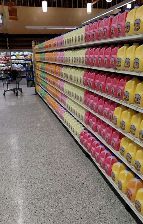 galones de jugo en un estante de centro comercial en perfecto orden