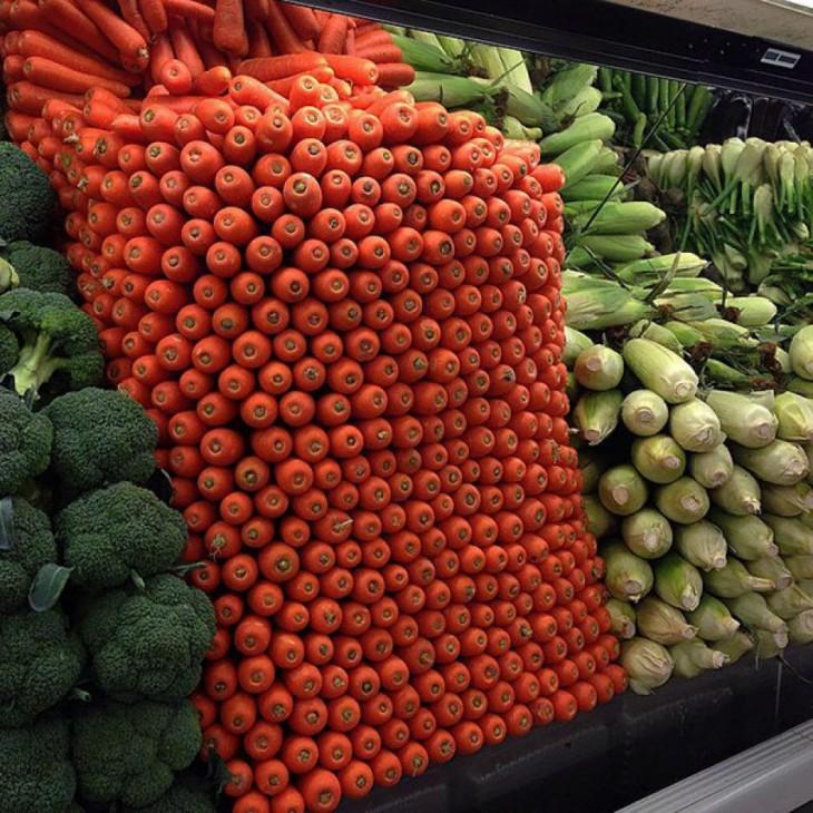 zanahorias perfectamente apiladas en un estante de un centro comercial