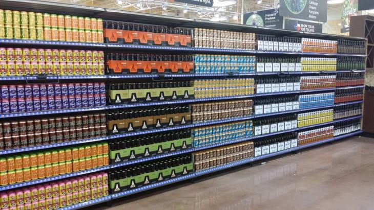 estante de bebidas en un centro comercial perfectamente ordenado