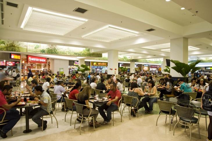 personas comiendo en el área de comida en un centro comercial