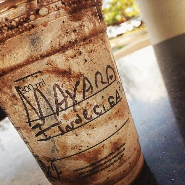 Cafe de Starbucks con el nombre de una persona con la frase indecisa