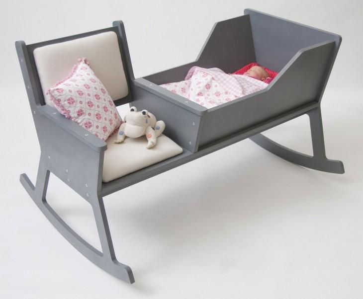 cuna con una silla integrada para cuidar al bebé
