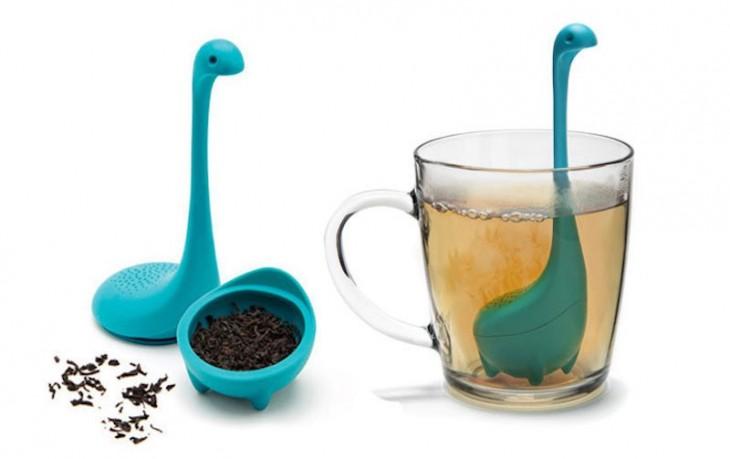 infusor de té del monstruo ness abierto a la mitad y dentro de una taza tranparente