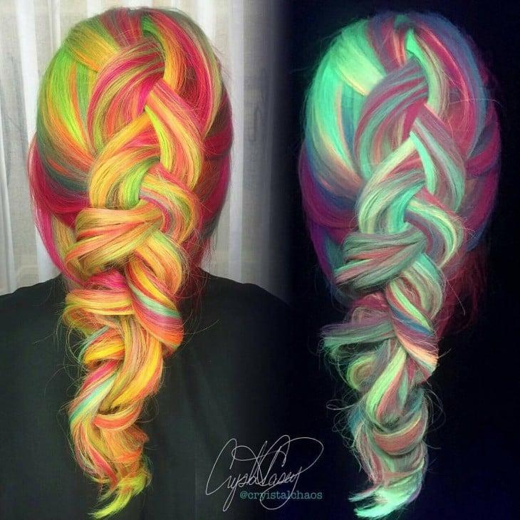 contraste de día y de noche que tiene el cabello multicolor que brilla en la oscuridad