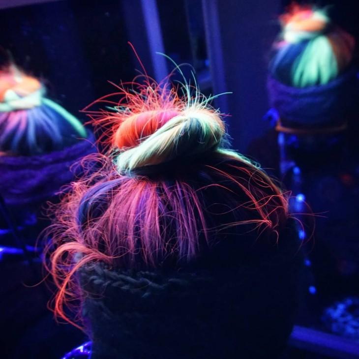 cabello multicolor que brilla en la oscuridad