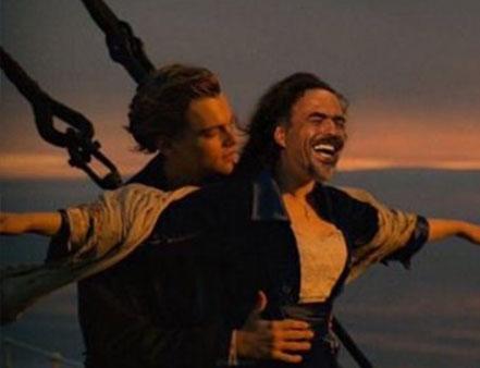 Meme de alejandro gonzalez iñarritu con leonardo dicaprio en una escena de la película el titanic