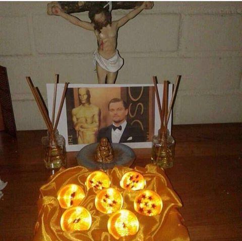 Fotografía de Leonardo DiCaprio en un altar con las esferas del dragón y figuras del budha