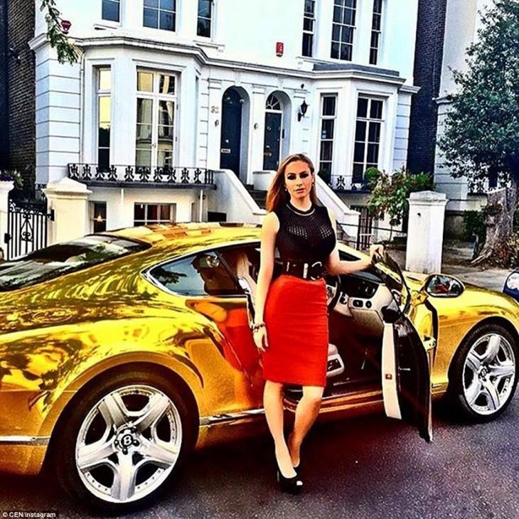 Fotografía de una mujer sobre un coche lujosos dentro de la cuenta de instagram 'Los niños ricos de Londres'