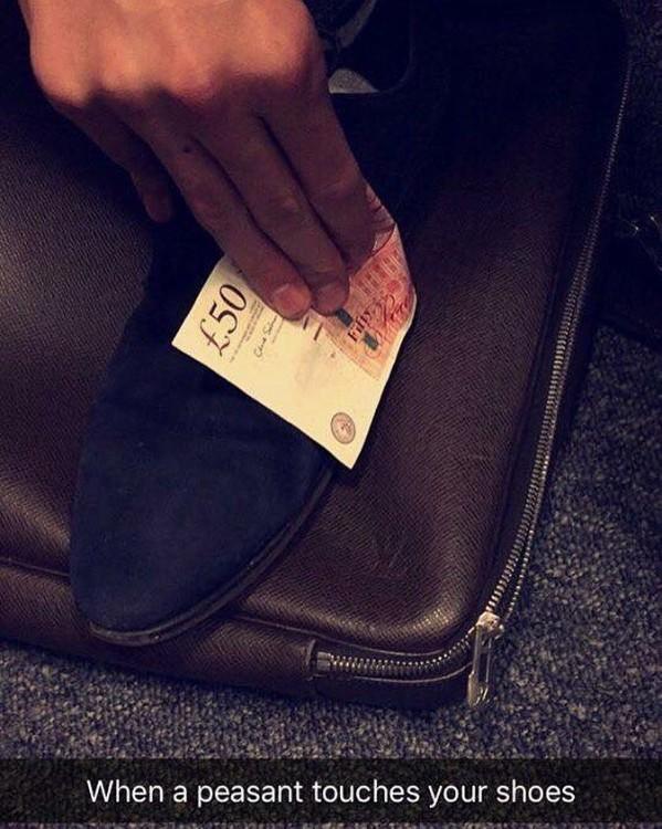 Fotografía de snapchat de un chico limpiando su zapato con un billete de 50 libras