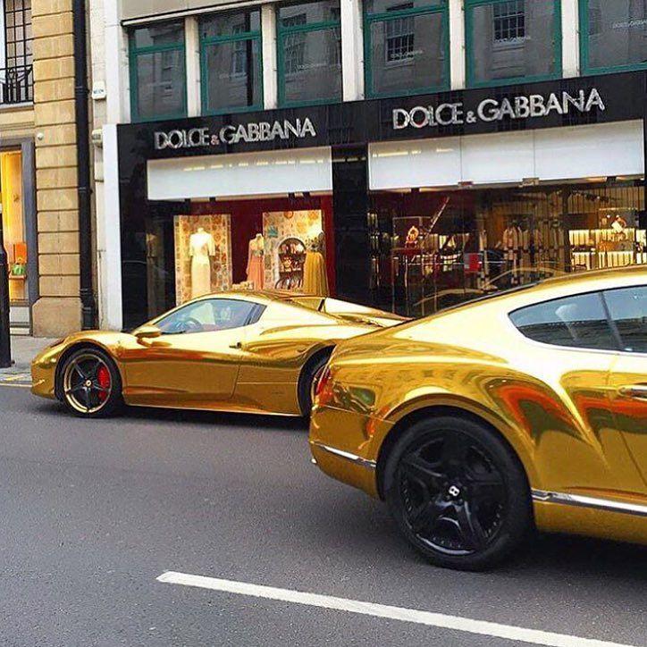 Lujosos coches transitando por las calles de Londres