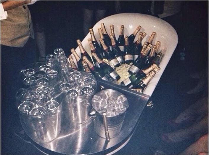 tina llena de botellas de champagne