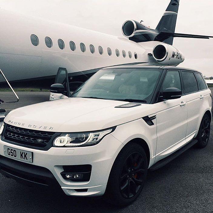 fotografía de un coche a lado de un avión de lujo