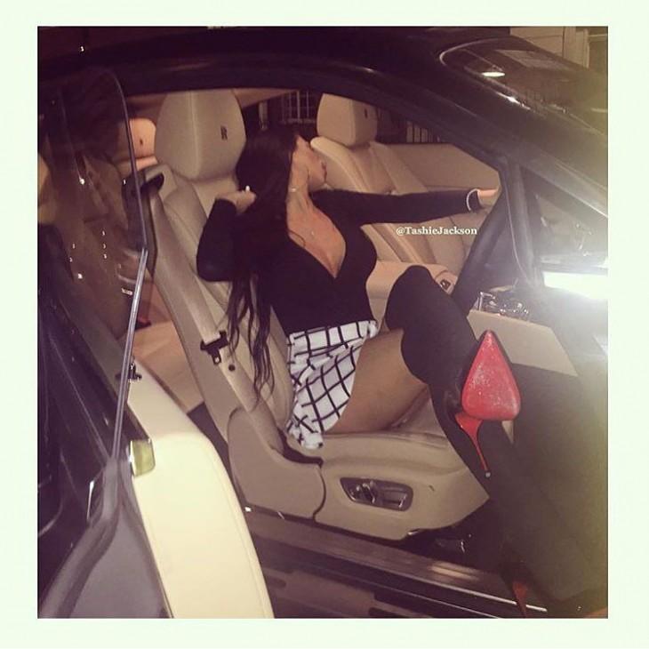 fotografía de la cuenta de instagram los niños ricos de londres donde una chica esta arriba de un coche lujoso