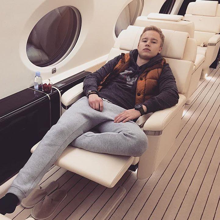 Chico rico de Londres acostado en un sillón de su yet privado