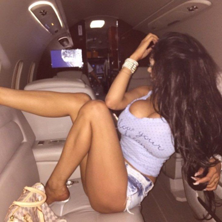 fotografía de una chica rica de Londres sobre un yet privado