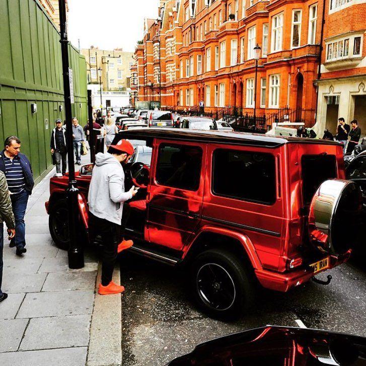 Fotografía de la cuenta de los niños ricos de Londres sobre una humer roja