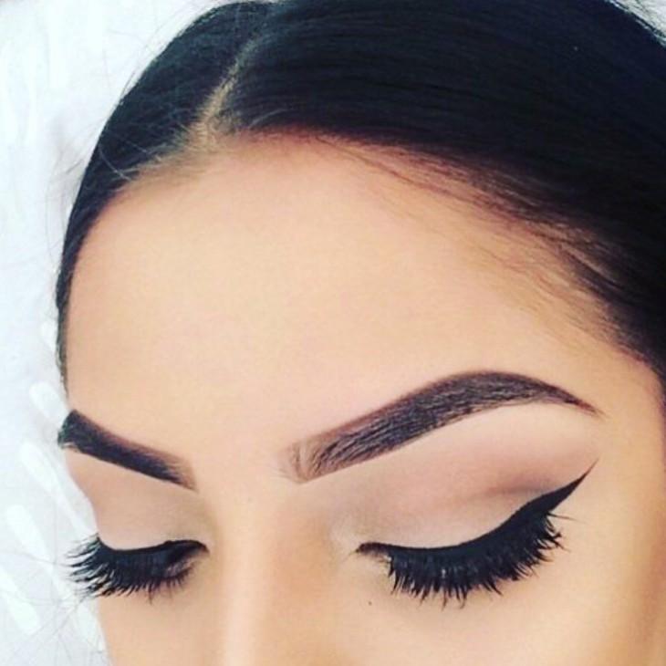 Cejas de una chica en una fotografía de Instagram