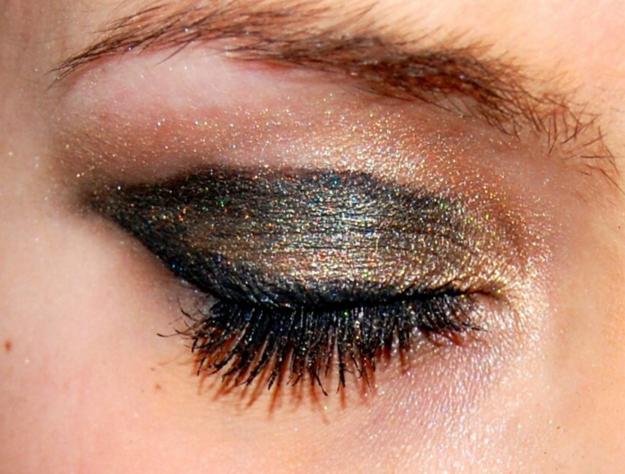 así luce la Sombra de ojos brillante en la vida real