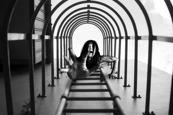 imagen ganadora del concurso anual de Nikon con una mujer de película de terror en medio de la foto