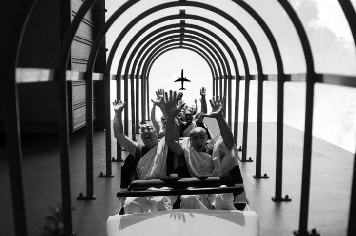 fotografía ganadora del concurso nikon con el photoshop de unas personas sobre un carril de tren