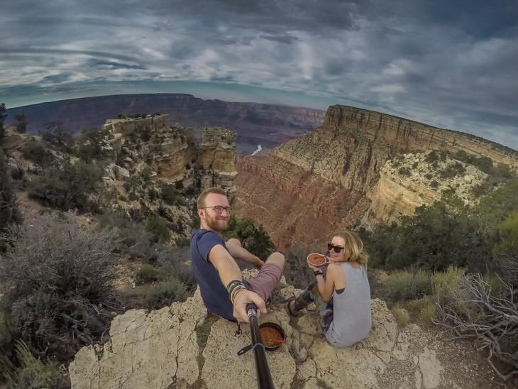 Selfie de una pareja de novios en el gran cañón