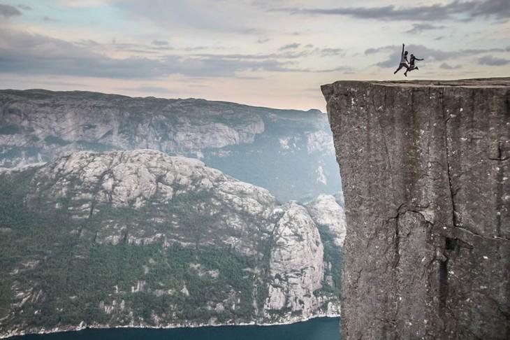dos personas sobre las enormes rocas en Noruega
