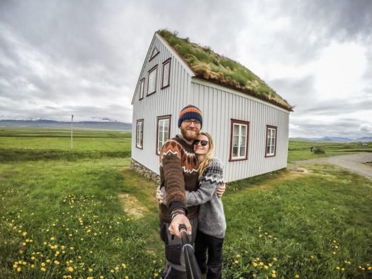 Selfie de la pareja de bloggers en una hermosa casa en Islandia