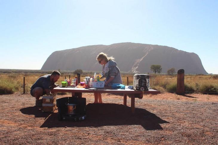 Pareja de Bloggers comiendo cerca de unas montañas