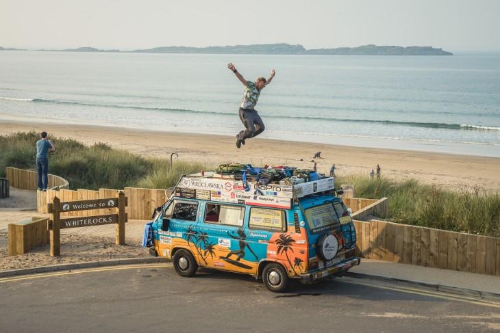 hombre saltando sobre una furgoneta