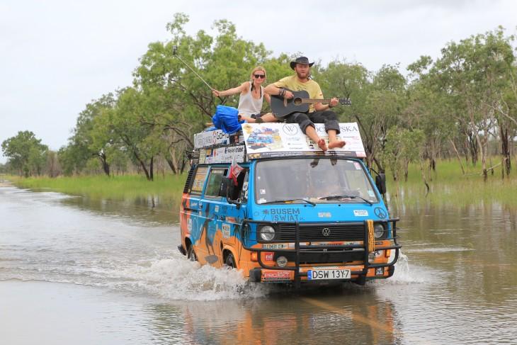dos bloggers de viaje sobre su furgoneta