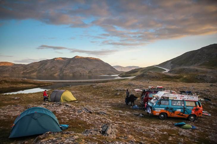 Furgonetas y casas de campaña sobre las montañas