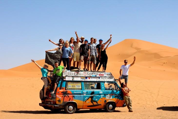 Personas sobre la furgoneta en donde una pareja a viajado a más de 50 países