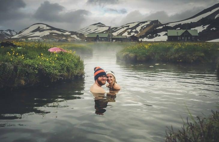 Pareja de novios dentro de las aguas termales en Islandia