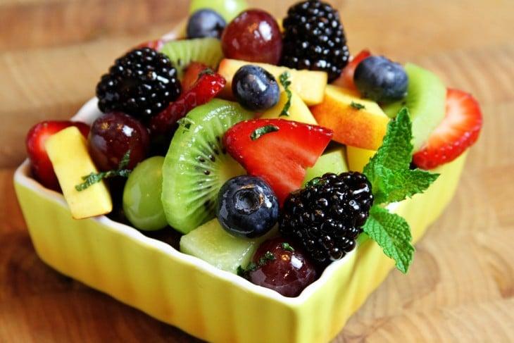 Plato con diferentes frutas