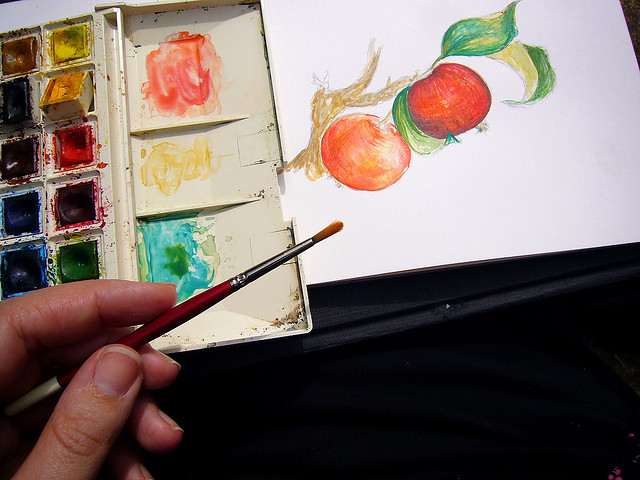 mano de una persona con un pincel y una pintura