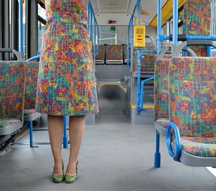 chica con un vestido similar a los asientos del transporte público
