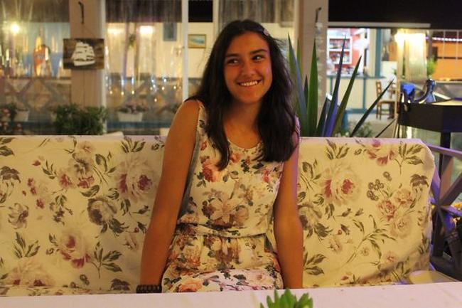 fotografía de una chica que su vestido combina con un sillón