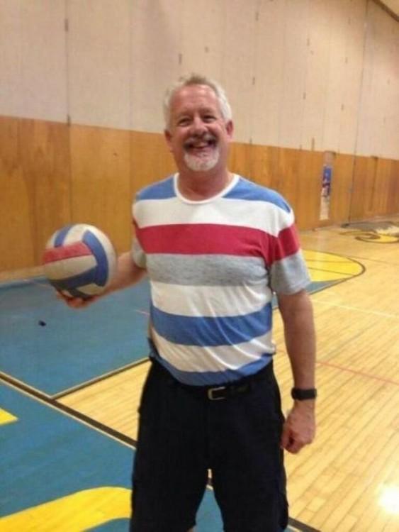 camisa de un hombre similar a los colores de un balón