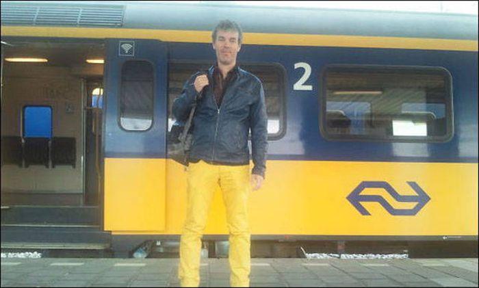 chico vestido de los mismos colores a un tren