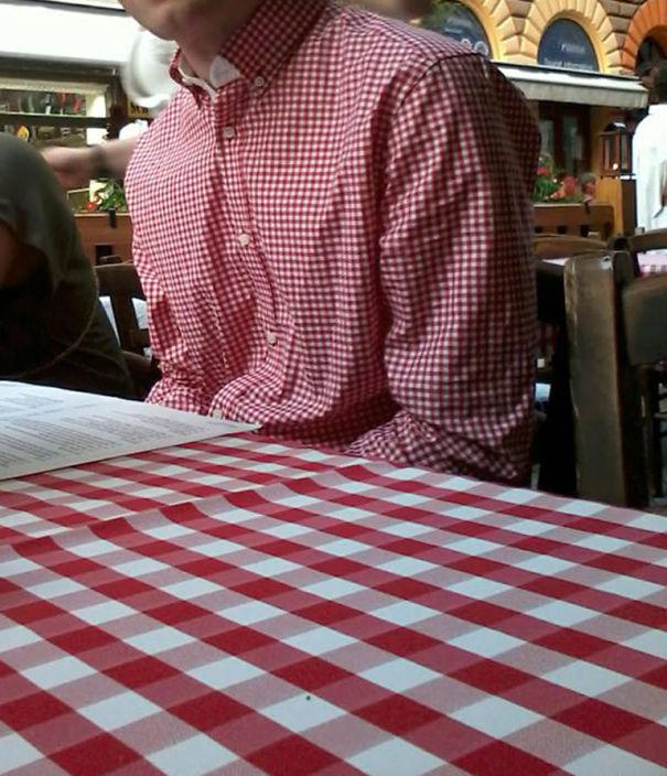 Camisa de un chico combinada con un mantel de un restaurant