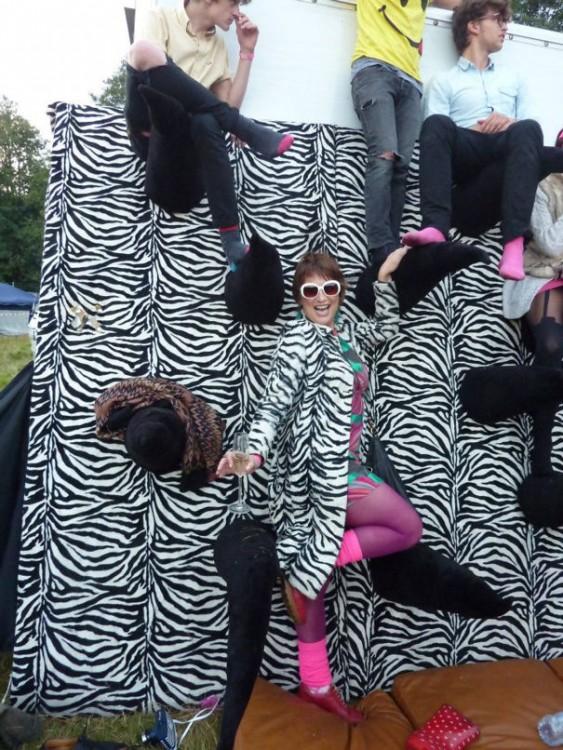 mujer con un saco de zebra combinada con una pared con diseño de zebra en blanco y negro