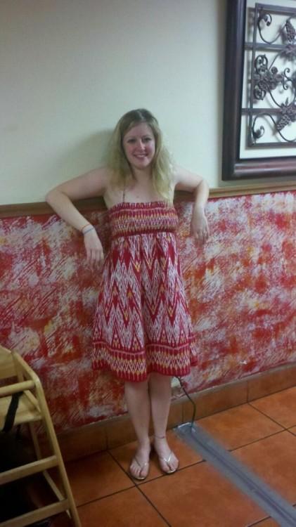 vestido de una chica combinado con la mitad de una pared