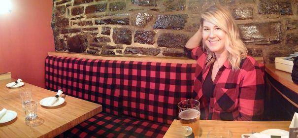 playera de una chica combinada con el sillón de un bar