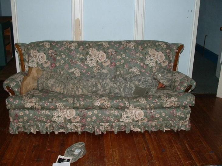 hombre camuflajeado sobre un sillón