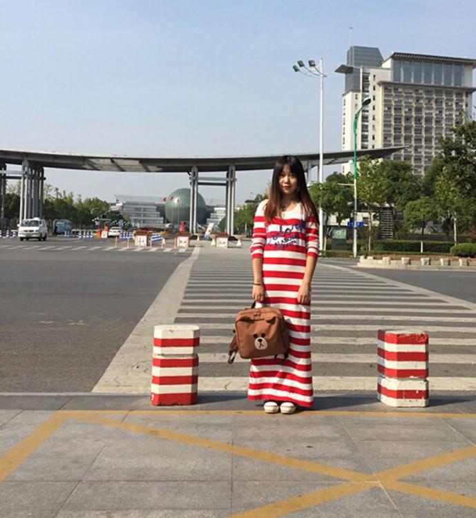 chica con un vestido similar al de dos señalamientos en la calle