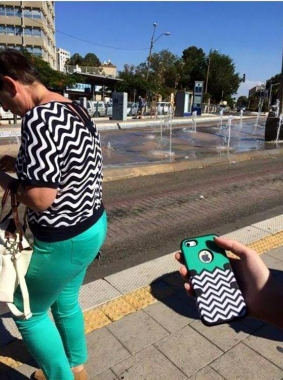 mujer en la calle vestida igual que la caratula de un celular