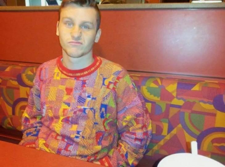 suéter de un chico que combina con el sillón de un restaurant