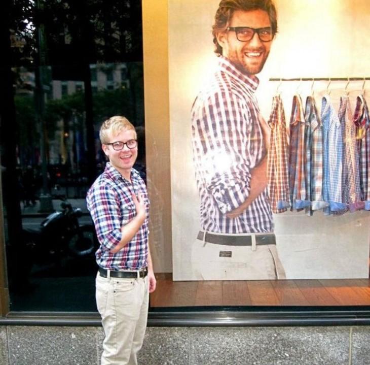 chico parado afuera de un centro comercial vestido igual que el modelo de la ropa
