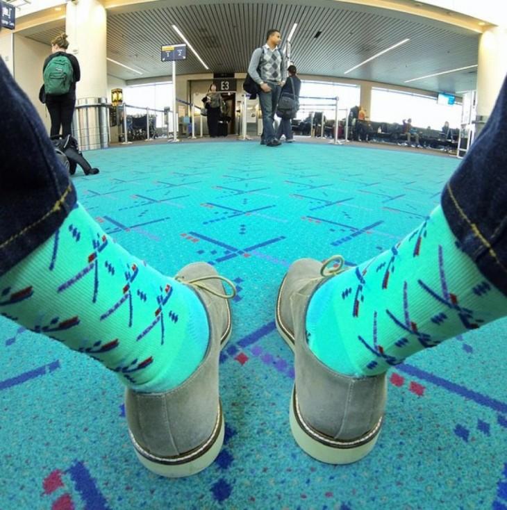 calcetines de un chico con el diseño igual al del piso de un aeropuerto